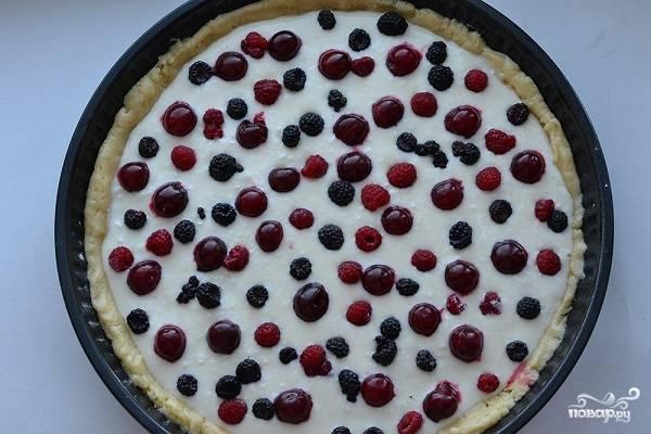 9. Распределите ягоды равномерно по тортику и отправьте форму в духовку.