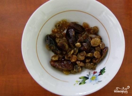 Сухофрукты помойте и обдайте кипятком, чтобы они стали мягкими. Рис хорошо промойте.
