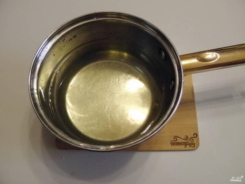 Сварите сладкий сироп для закатки. Для этого воду для сиропа доведите до кипения, добавьте сахар, ванильный сахар и лимонную кислоту. Остудите сироп.