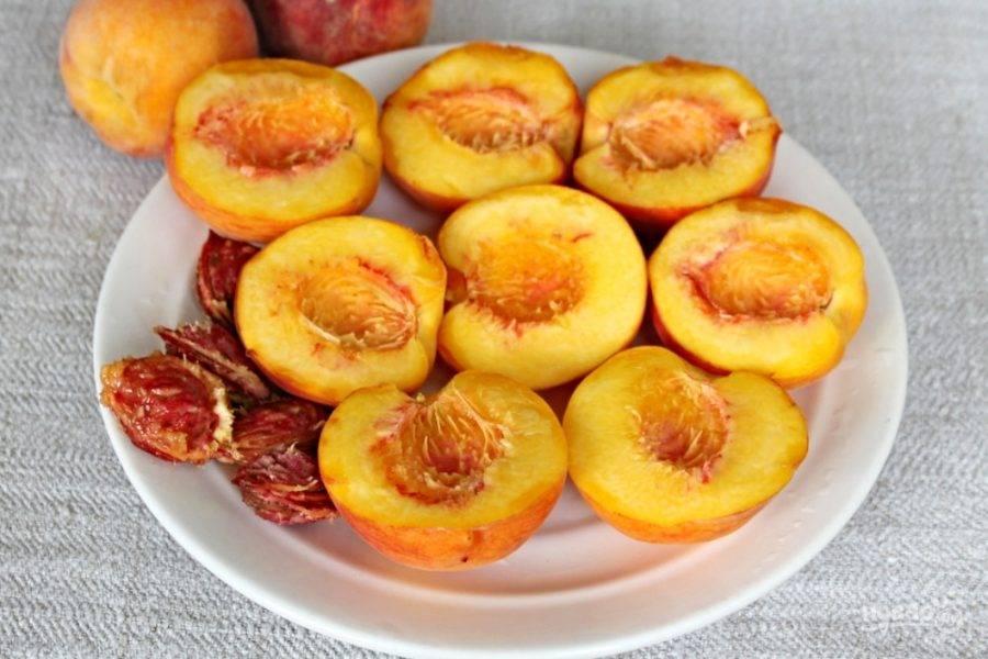Персики моем и убираем ворсистый налет со шкурки. Каждый персик разрезаем пополам по линии на самом персике и прокручиваем половинки в противоположные стороны. Косточку удаляем.