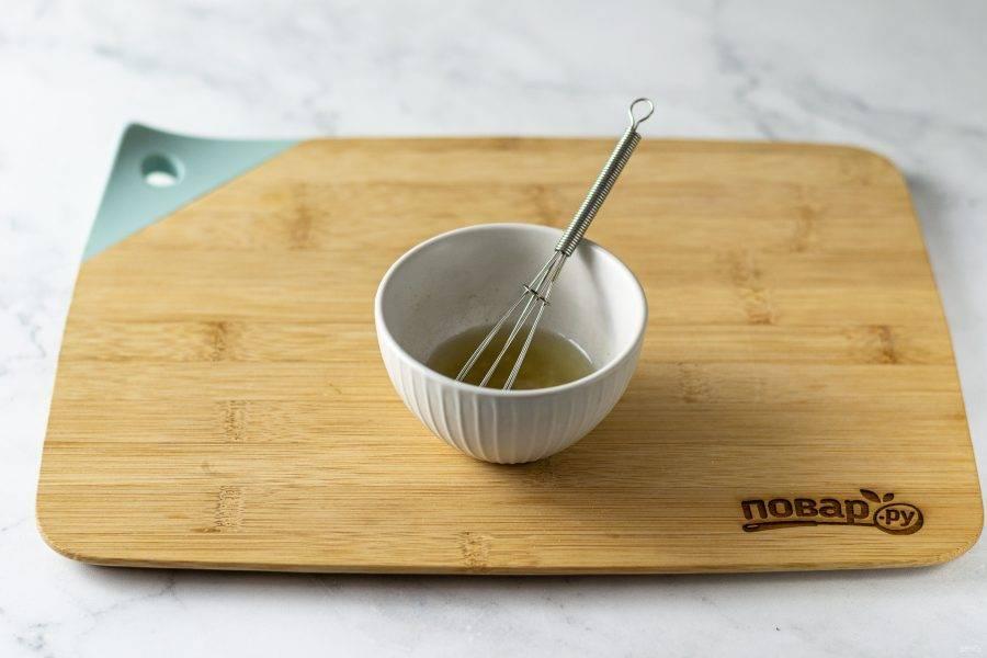 Для заправки смешайте лимонный сок, оливковое масло и измельченный чеснок. Посолите и поперчите.