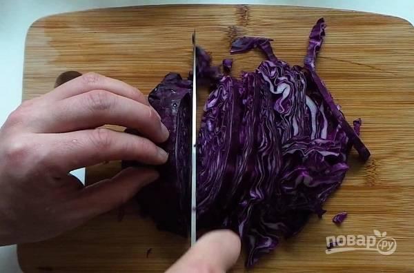 4. Нашинкуйте капусту мелко, листья салата порвите руками, а помидоры нарежьте пополам.