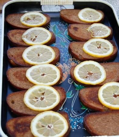На каждый ломтик хлеба, кладем по кружочку лимона.