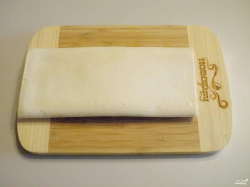 Тесто освободите от упаковки и оставьте размораживаться при комнатной температуре.