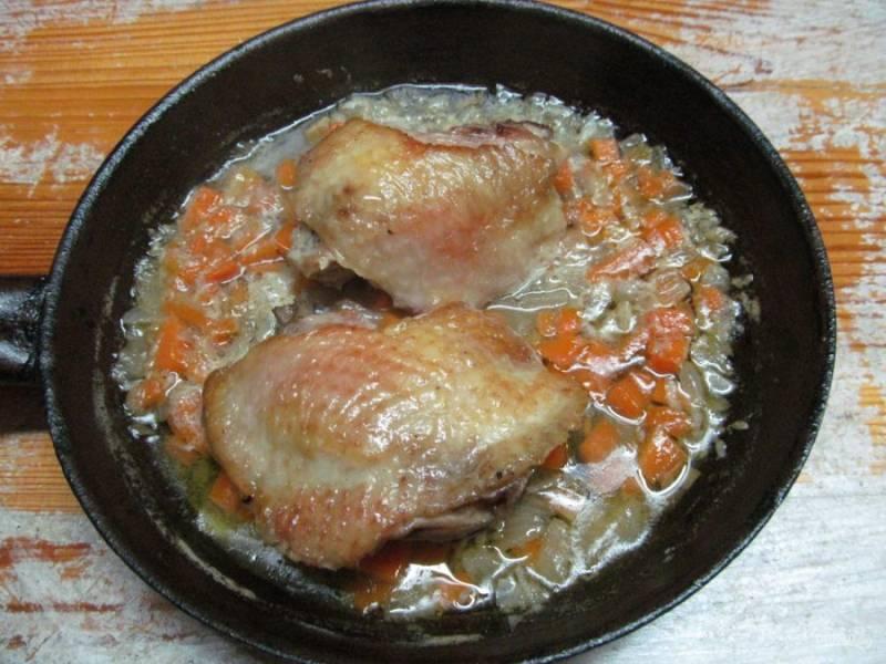 Отправьте приготовленный соус в сковороду с бедрами.