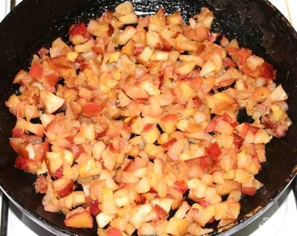 2. Для начала вымойте и очистите яблоки, затем нарежьте мелкими кубиками. На сковороде растопите сливочное масло, выложите в него яблоки. На среднем огне, периодически помешивая, томите их до мягкости. По вкусу всыпьте сахар и щепотку корицы (для более насыщенного аромата).