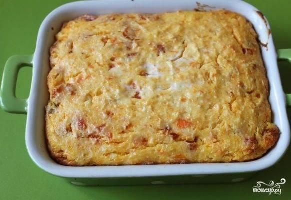 12. Вот и весь секрет, как сделать пирог из моркови и творога. Запекайте до румяной корочки минут 20-25. Оптимальная температура выпечки составляет 180 градусов. Приятного чаепития!