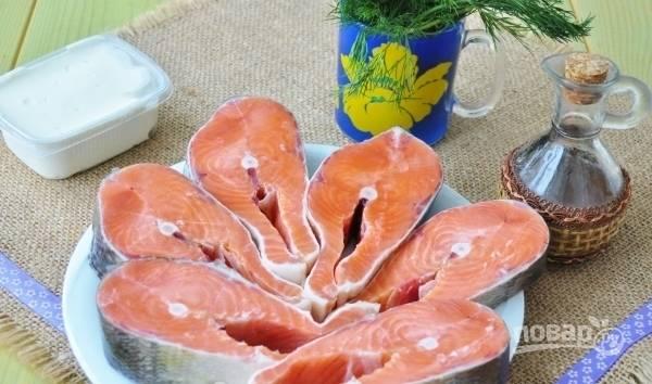 Рыбу помойте, почистите и нарежьте порционными кусочками.