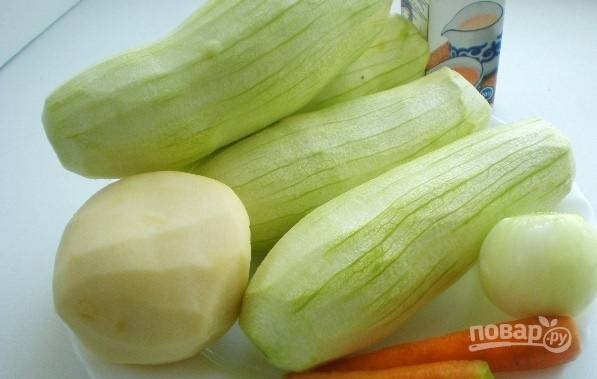 Очищаем все овощи и промываем их под водой. Нарезаем кабачки, картофель и морковь тоненькими брусочками. Мелко рубим лук, в кастрюле подогреваем растительное масло и обжариваем чеснок с луком, затем добавляем овощи.