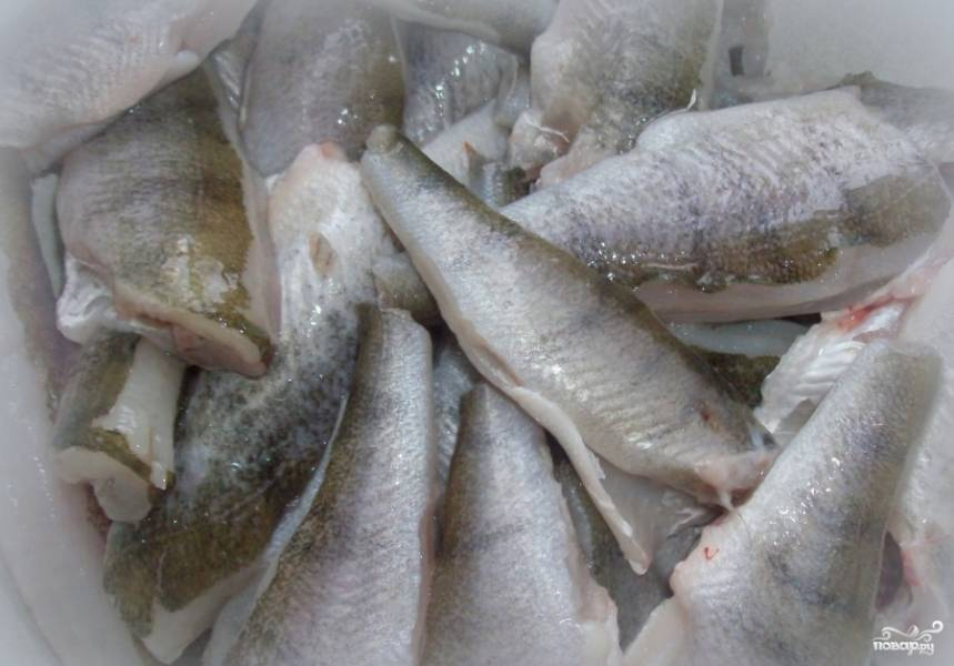 Рыбу почистите, нарежьте на куски.