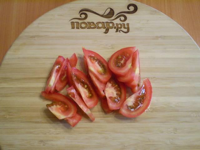 2. Режем помидоры дольками.