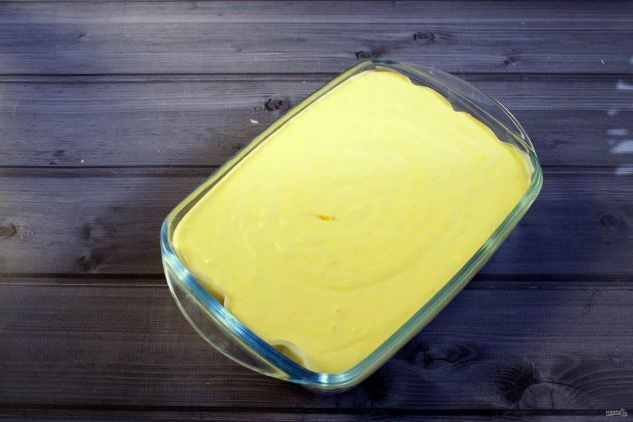Соедините яичную массу с творожной, перемешайте лопаткой. Вылейте массу в форму для запекания. Поставьте запекать в духовку при 160 °C на 1 час.