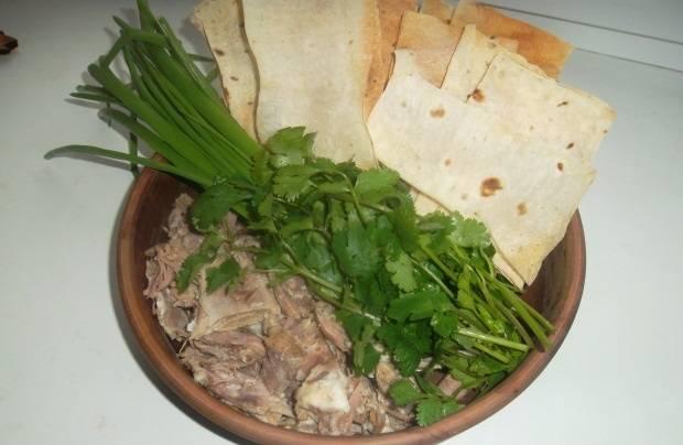 4. Теперь в каждую порцию выкладываем чесночную смесь, петрушку и измельченное мясо. Заливаем бульоном. Подаем с лавашом.