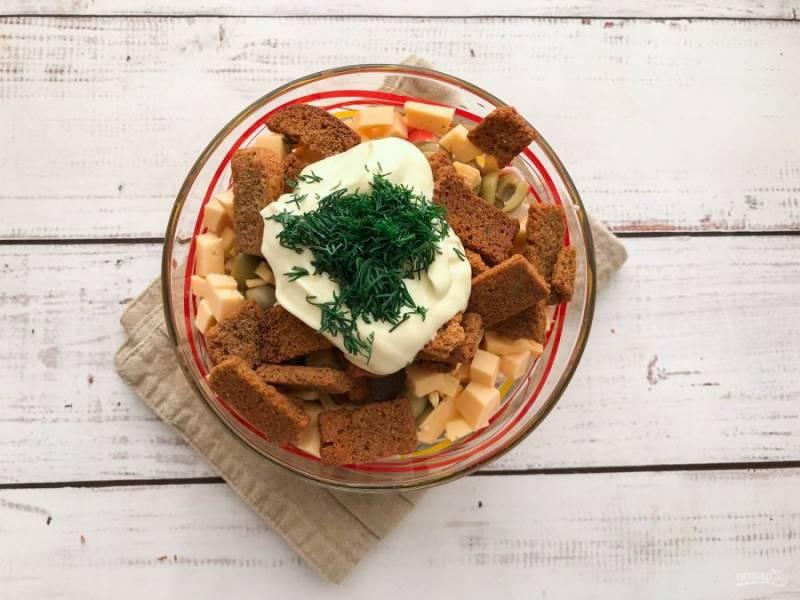 Заправьте салат майонезом, добавьте соль, чеснок, зелень и хорошо перемешайте.
