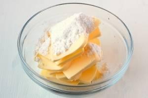 Чуть растопленное сливочное масло соедините с сахарной пудрой.