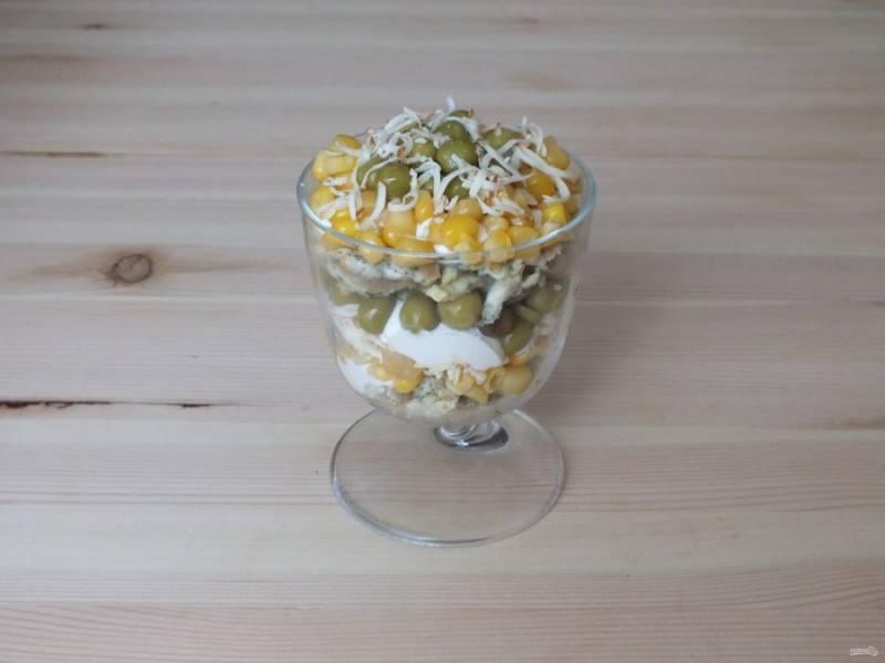 Повторите слои. Верх оформите кукурузой, горошком и сыром. Салат можно подавать сразу же после приготовления.