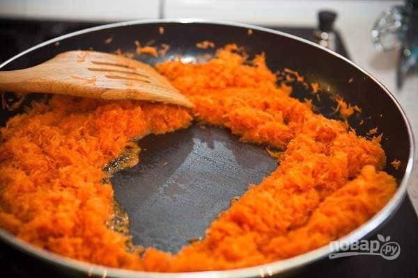5. В конце процесса вода должна полностью испариться. Снимите морковь с огня и немного остудите.