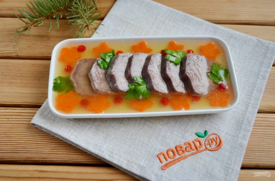 В двух стаканах бульон разведите 2 столовых ложки желатина. Перемешайте до полного растворения последнего, процедите. И есть два способа заливки. Первый - залейте полностью мясо и украшение бульоном. И отправьте остывать в холодильник на 2-3 часа. Второй - залейте частью желатина, поставьте в холодильник, через некоторое время снова полейте желатином и так несколько раз, пока на мясе не образуется желатиновая пленочка. Таким способом я делаю часто. Плюс его в том, что мясо выглядывает, но не сохнет и имеет первоначальный вид. Раствор желатина при таком способе должен быть крепким. Поставьте заливное остывать в холодильнике на 2 часа. Готово!