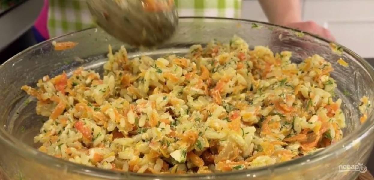 2.  Закройте мультиварку и выставьте режим «Жарка». Пожарьте овощи 10 минут, добавьте нарезанный кусочками плавленый сыр и перемешайте. Добавьте отваренный рис и сливочное масло, перемешайте и отставьте.