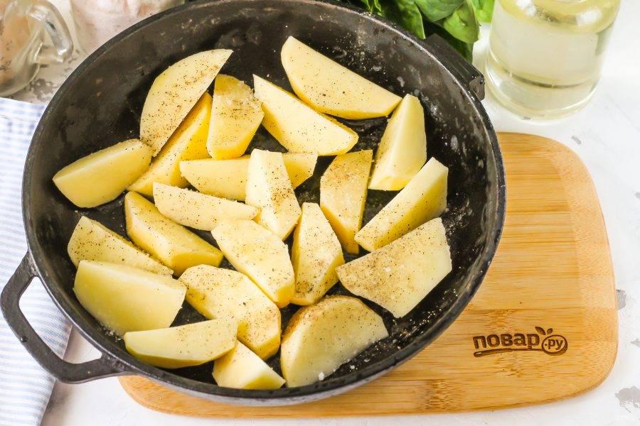 Смажьте форму растительным маслом. Очистите картофель от кожуры и промойте его в воде. Затем нарежьте крупными ломтиками и выложите в форму. Мелко не нарезайте, иначе получите картофельное пюре. Посолите и поперчите нарезку.