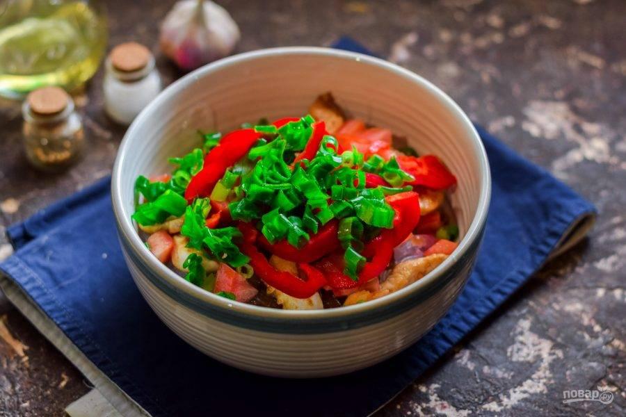 Зеленый лук нарежьте мелко и добавьте в салат, соль и перец всыпьте по вкусу. Перемешайте все и подавайте к столу.