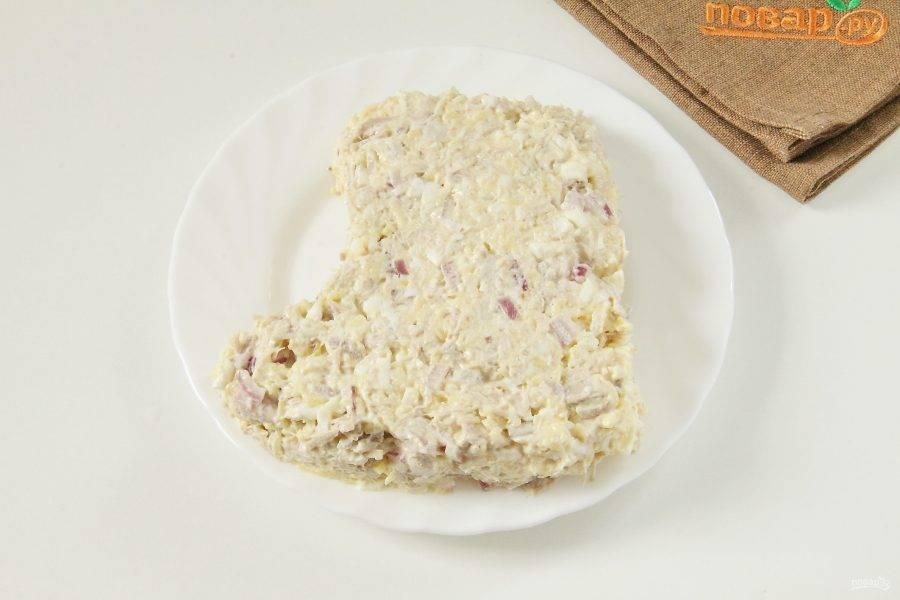 Выложите салат в виде сапога на подходящем блюде.