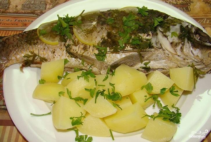 4.Готовую рыбу подаем целиком с картошкой, что готовилась в пароварке, сверху немного посыпаем свежей зеленью.
