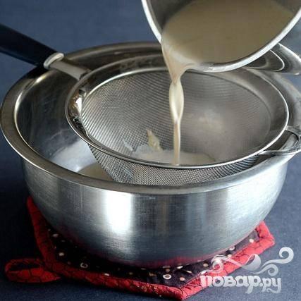 3. Процедить крем в миску через сито.