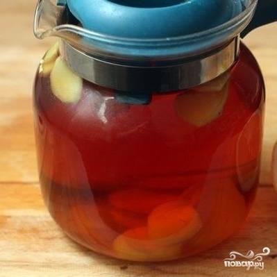 Завариваем черный чай в литре воды, затем процеживаем и добавляем в него имбирь. Оставляем на 10 минут настаиваться.