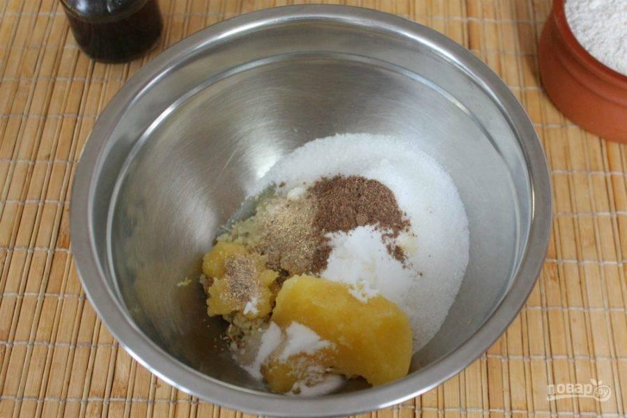Затем, в миску идут молотые пряности и сода.