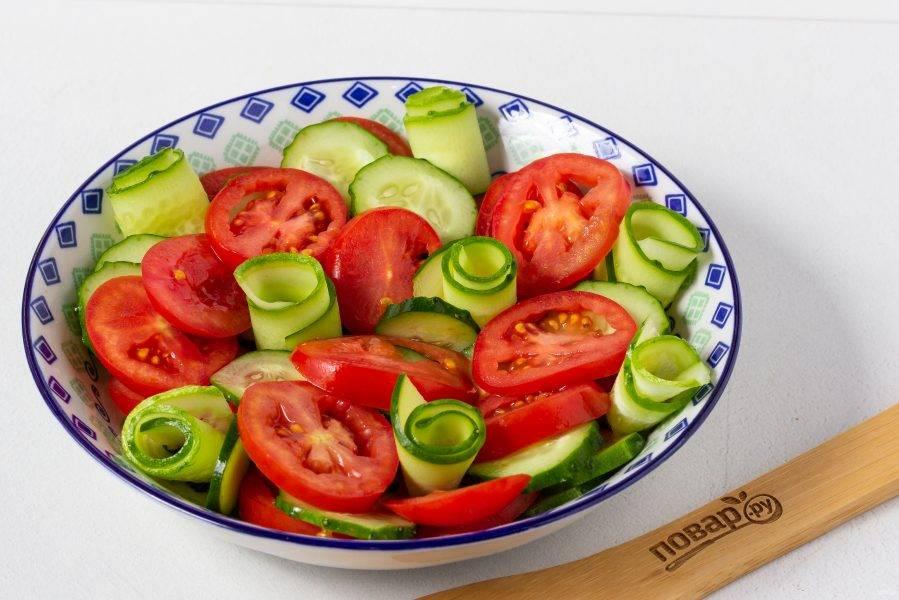 Скручиваем пластины в цветочки и расставляем по салату.