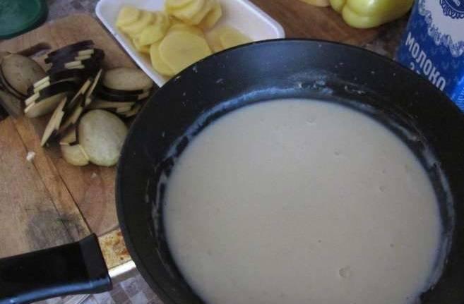 На сковороде растопите сливочное масло, добавьте муку, размешайте, чтобы было без комочков и добавьте молоко. Еще раз перемешайте и снимите с огня.