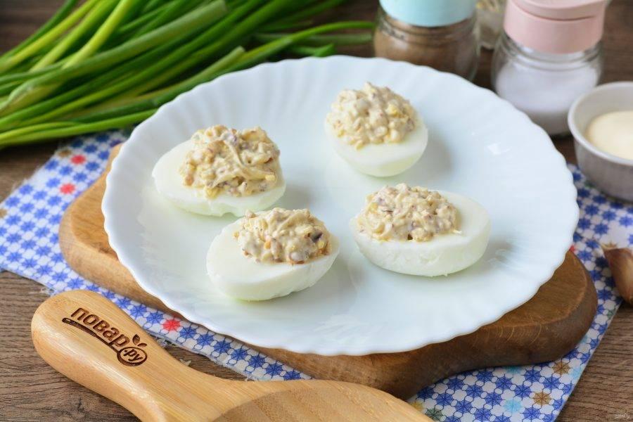 Нафаршируйте яичные белки.