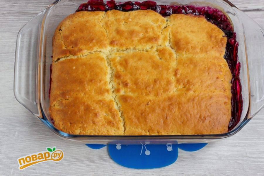 """Наш пирог """"Ягодные пуфы"""" готов! Дайте ему немного остыть и можно подавать к столу! Подавайте пирог как в теплом, так и в холодном виде. По желанию, пирог можно дополнить шариком сливочного мороженого."""