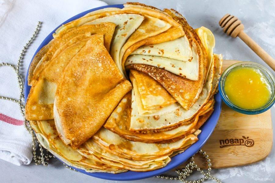 Готовый блин сложите вчетверо и выложите на блюдо. Таким образом обжарьте и остальное тесто, создавая румяные блины. Подайте их к столу горячими.