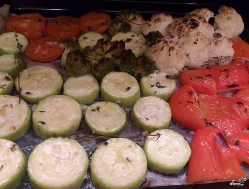 Ставим овощи выпекаться в духовку при максимальной температуре. Овощи можно один раз перевернуть во время запекания. На запекание у меня ушло 15 минут. Если хотите, чтобы было зажаристее, ставьте на 20 минут.