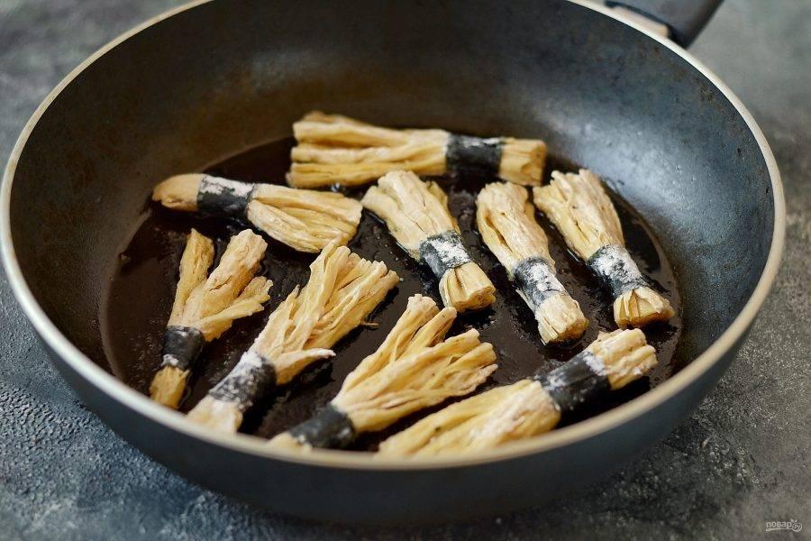Обжарьте в сковороде в разогретом растительном масле до хрустящей корочки. Примерно по 4-5 минут с каждой стороны.