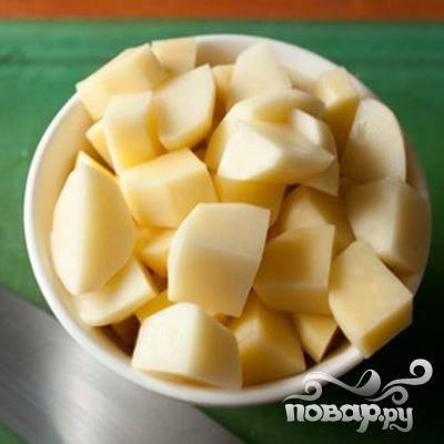 1.Промываем картофель, очищаем его от кожицы. Нарезаем небольшими кусочками.