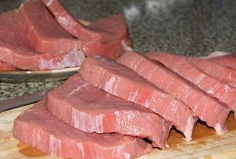 Мясо порежьте на куски и слегка отбейте.