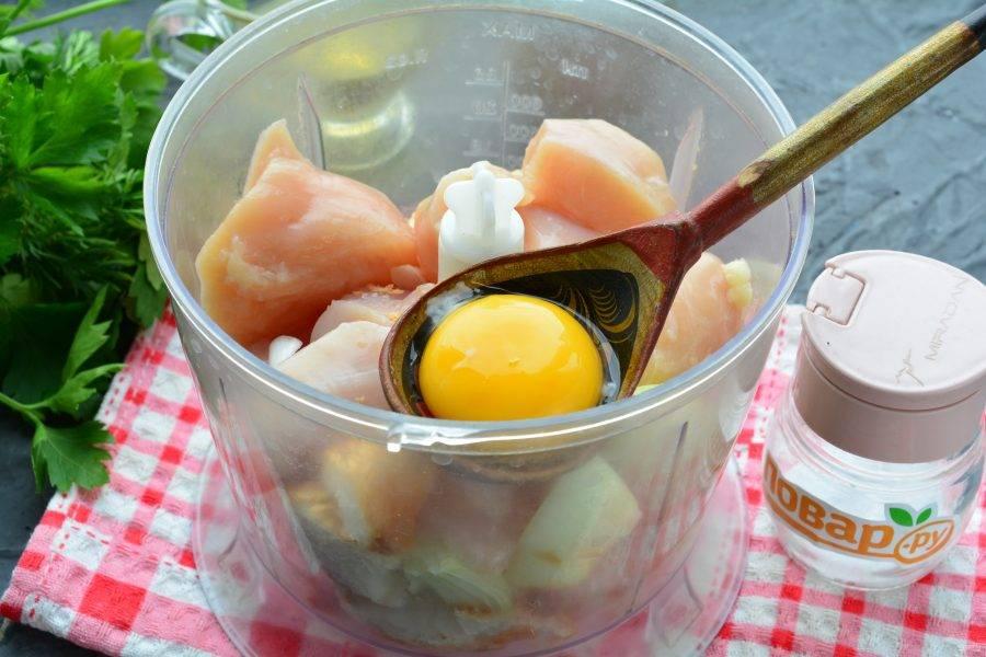 Вбейте куриное яйцо, добавьте специи по вкусу.