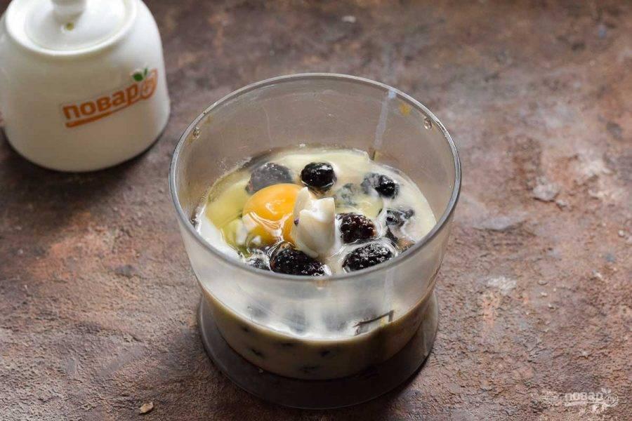 В чашу блендера влейте кефир, добавьте ежевику, яйцо, соль и сахар по вкусу.