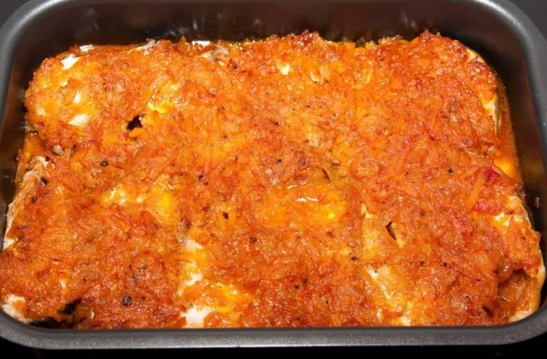 Отправляем форму в разогретую до 200 градусов духовку и запекаем рыбу 30-35 минут.