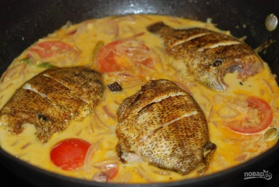 5. В соусе протушите рыбу в течение 5 минут.