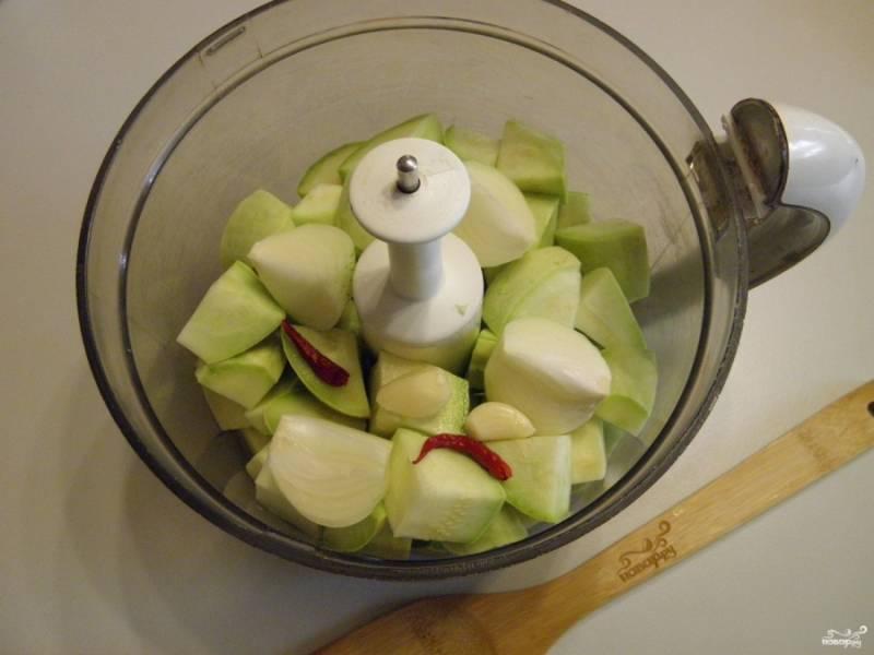 Сначала нужно подготовить овощи для варки икры. Для этого вымойте их тщательно, очистите, порежьте на не большие кусочки и измельчите. Я использовала перец жгучий комнатный, но можно положить любой острый перец, на килограмм кабачков одной большой перчинки хватит. Овощи измельчите до состояния мелких крупинок. Если нет блендера - прокрутите через мясорубку.