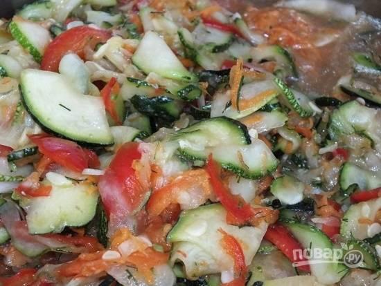 Добавим сахар, уксус и масло, перемешиваем и доводим салат до кипения. Варим 20 минут.