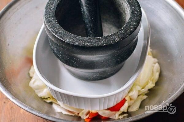 3.Установите тяжелый груз и отправьте миску с овощами в холодильник на 1 час.