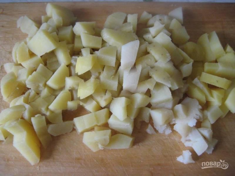 Порежьте картофель кубиком.