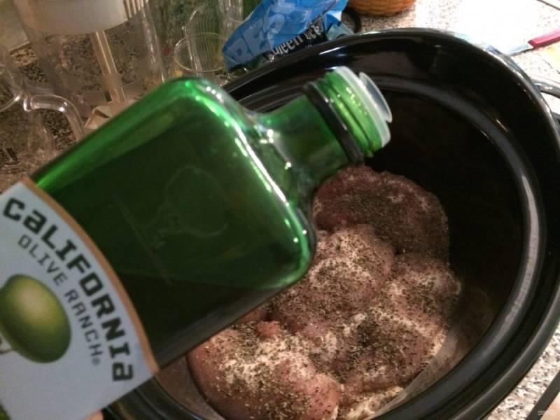 4.Поливаю мясо оливковым маслом (можно использовать подсолнечное).