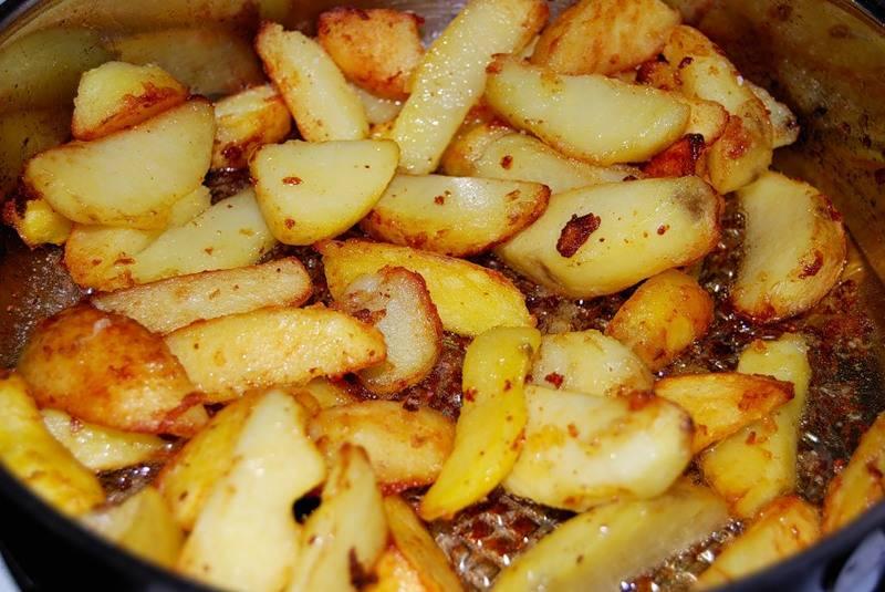 Жарим картофель до образования на нем румяной корочки, затем снимаем с огня, солим его и приправляем.