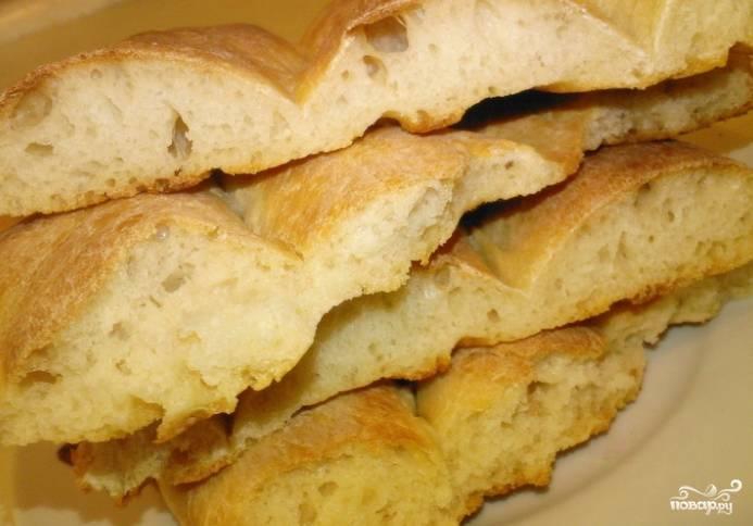 5. Через 15-20 минут на поверхности появится золотистая корочка. Это значит, что все готово. Теперь, когда вы знаете, как приготовить армянский матнакаш, достаньте его из духовки и подавайте к столу. Такой хлеб вкусен теплым и полностью остывшим. Пробуйте на здоровье.